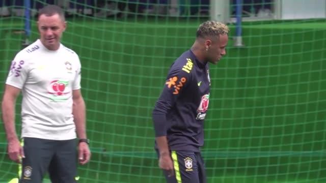 neymar abandono el martes el entrenamiento de brasil cojeando y encendio las alarmas por saber si estara disponible para jugar contra costa rica el... - neymar da silva stock-videos und b-roll-filmmaterial