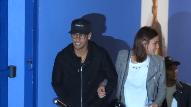 vidéos et rushes de neymar along with his girlfriend bruna his sister rafaella and neymar santos sr attended the debut in cinema of the barcelona football player neymar... - soeur