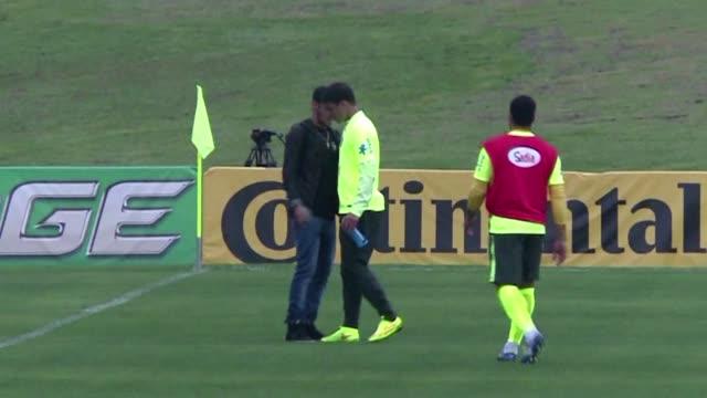 neymar aseguro este jueves que no guarda rencor al colombiano juan camilo zuniga por la falta que lo saco del mundial pero dijo que estuvo cerca de... - neymar da silva stock-videos und b-roll-filmmaterial