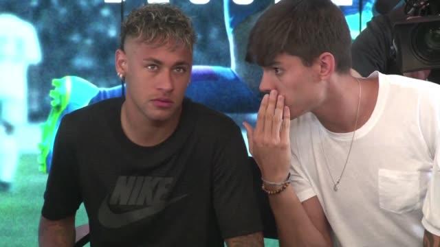 neymar no dio pista alguna el viernes sobre su posible transferencia al paris saint germain al participar en un evento publicitario previo al clasico... - neymar da silva stock-videos und b-roll-filmmaterial