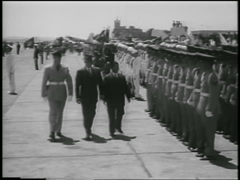ngo dinh diem, dwight eisenhower + soldier walking past rows of soldiers - 1957 stock-videos und b-roll-filmmaterial