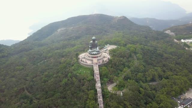ngong ping village und tempelansicht vom großen buddha, hongkong - buddha stock-videos und b-roll-filmmaterial