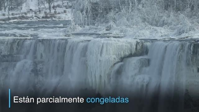ni las populares cataratas del niagara se salvaron del intenso frio polar que sufre norteamerica el famoso salto de agua quedo parcialmente congelado - canadá stock videos & royalty-free footage