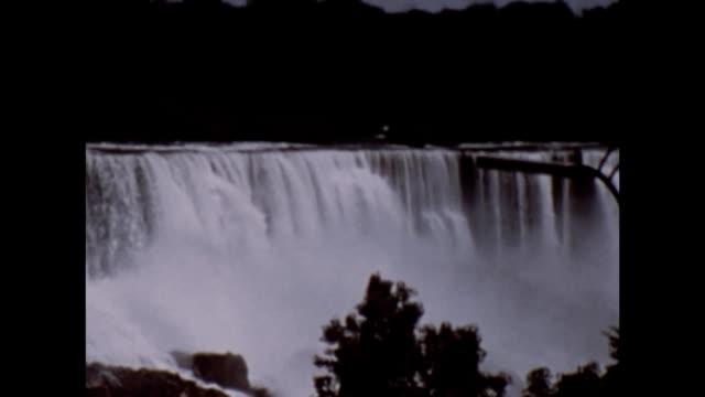 1965 niagara falls and observation deck - ナイアガラフォールズシティ点の映像素材/bロール