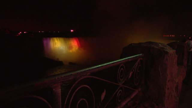 cascate del niagara a notte in livello 2 - niagara falls video stock e b–roll