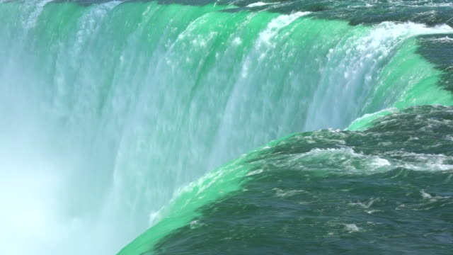 vídeos de stock, filmes e b-roll de niagara falls, canada: impressive flow of water in the horseshoe fall. beauty of nature in the famous tourist attraction - niagara falls