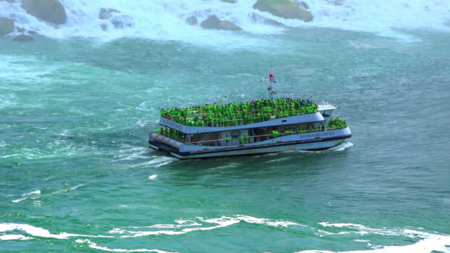 niagara falls, canada: the hornblower cruise passing in front the american falls - fiume niagara video stock e b–roll