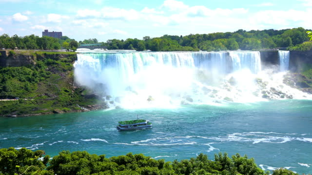 vídeos de stock, filmes e b-roll de niagara falls, canada: the hornblower cruise passing in front the american falls - niagara falls