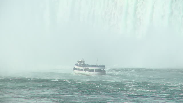 vídeos de stock e filmes b-roll de hd: cataratas do niágara - barco de passeio maid of the mist