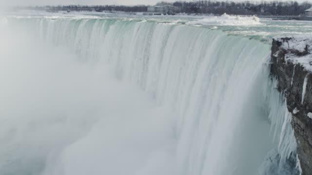 stockvideo's en b-roll-footage met niagara falls waterval in de winter (super slow motion) - niagara river
