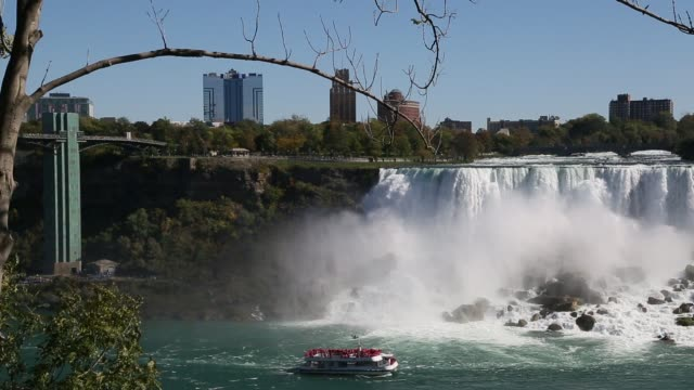 niagra falls with tourist boat - fiume niagara video stock e b–roll