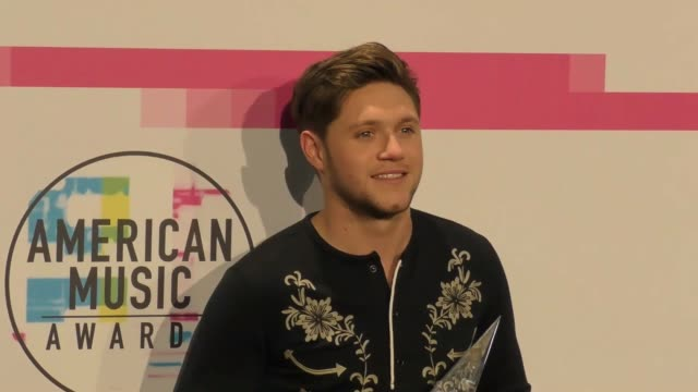 niall horan at the 2017 american music awards press room on november 19 2017 in los angeles california - american music awards video stock e b–roll