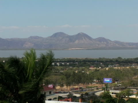 WS, Nicaragua, Managua, Lake and mountain, street traffic in foreground