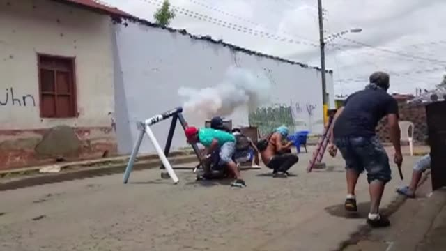 nicaraguan police and pro government paramilitaries clash with residents of the opposition bastion in the city of masaya - nicaragua video stock e b–roll