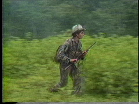 nicaraguan soldiers and contras battle in the jungle. - ニカラグア点の映像素材/bロール