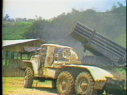 nicaraguan soldiers fire rockets from a howitzer tank in managua, nicaragua. - ダニエル オルテガ サアヴェドラ点の映像素材/bロール