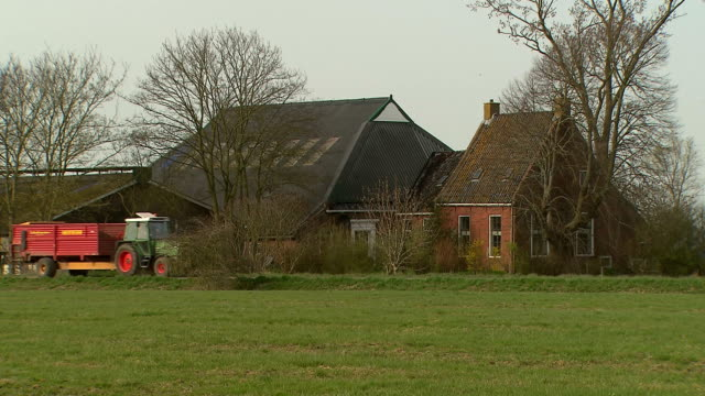 stockvideo's en b-roll-footage met nice shot of a very beautiful old farmhouse - boer agrarisch beroep