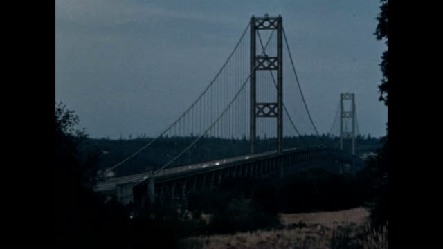 stockvideo's en b-roll-footage met a nice view of the tacoma narrows bridge the earlier bridge had famously collapsed in 1940 - noordelijke grote oceaan