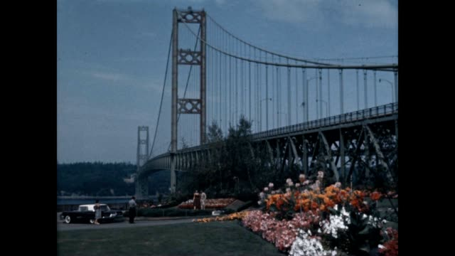 vídeos de stock e filmes b-roll de a nice view of the tacoma narrows bridge with a couple celebrating their engagement - pacífico norte