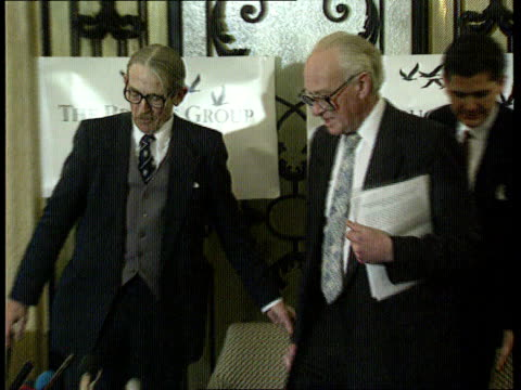 nicholas ridley's new book england london westbury hotel nicholas ridley shaking hands with man 'the bruges group' sign behind him and takes seat... - signierstunde stock-videos und b-roll-filmmaterial