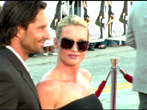 vídeos de stock e filmes b-roll de nicholas soderblom and nicollette sheridan at the 'mr and mrs smith' world premiere at the mann village theatre in westwood california on june 7 2005 - nicollette sheridan
