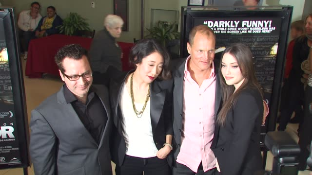 vídeos de stock, filmes e b-roll de nicholas tabarrok sandra oh woody harrelson kat dennings at the 'defendor' premiere at los angeles ca - defendor