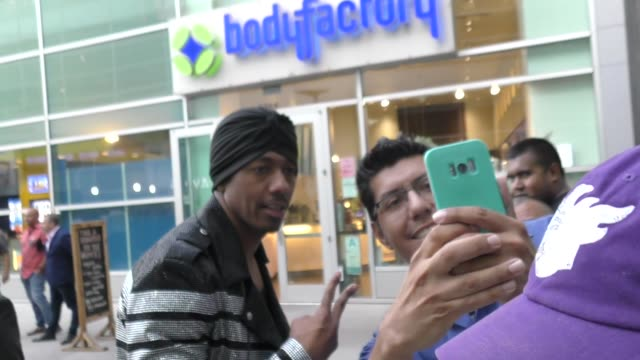 vidéos et rushes de nick cannon signs for fans outside the sextuplets premiere at arclight cinemas in hollywood on august 7, 2019 at celebrity sightings in los angeles. - arclight cinemas hollywood