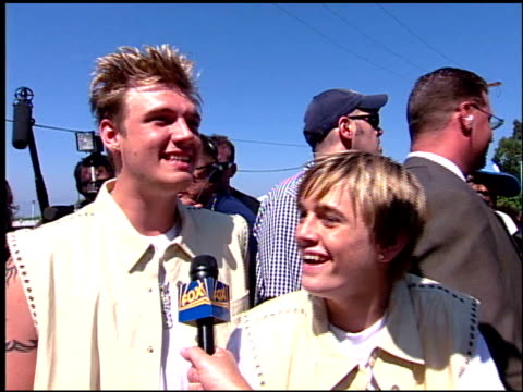 nick carter at the 2001 teen choice awards arrivals at universal amphitheatre in universal city california on august 12 2001 - 2001 stock-videos und b-roll-filmmaterial