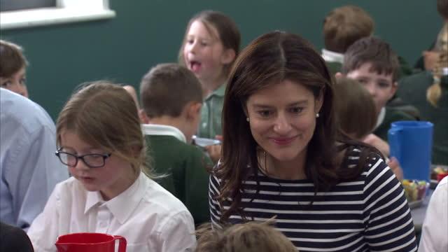 nick clegg & miriam durantez visit ivy lane school in chippenham. shows interior shots miriam durantez sat at school lunch table with children eating... - チッペナム点の映像素材/bロール