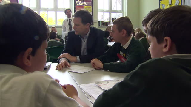 nick clegg & miriam durantez visit ivy lane school in chippenham. shows interior shots nick clegg talking with students in classroom with duncan... - チッペナム点の映像素材/bロール