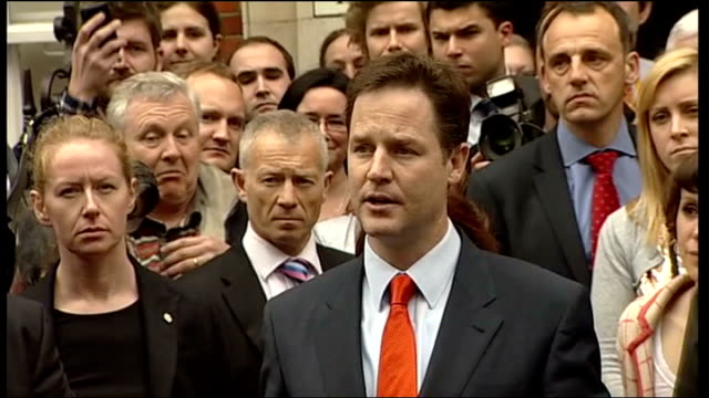 nick clegg mp making statement on steps of liberal democrat hq sot - now we are in a very fluid situation with no party enjoying an absolute... - 10 seconds or greater点の映像素材/bロール