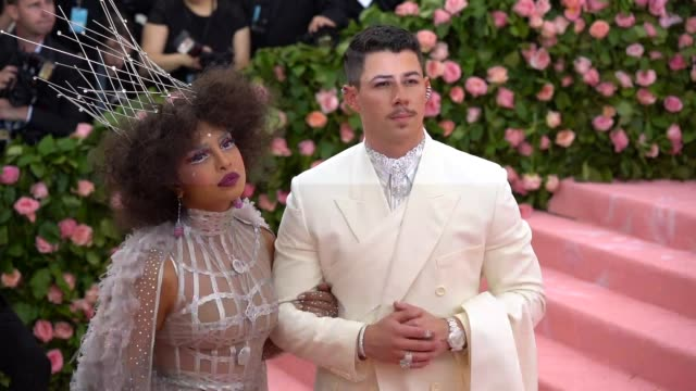 vídeos de stock e filmes b-roll de nick jonas and priyanka chopra at the 2019 met gala celebrating camp: notes on fashion - arrivals at metropolitan museum of art on may 06, 2019 in... - gala