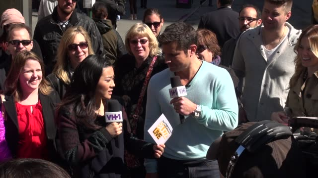 nick lachey answering fan questions outside in times square in celebrity sightings in new york, - ニック ラシェイ点の映像素材/bロール