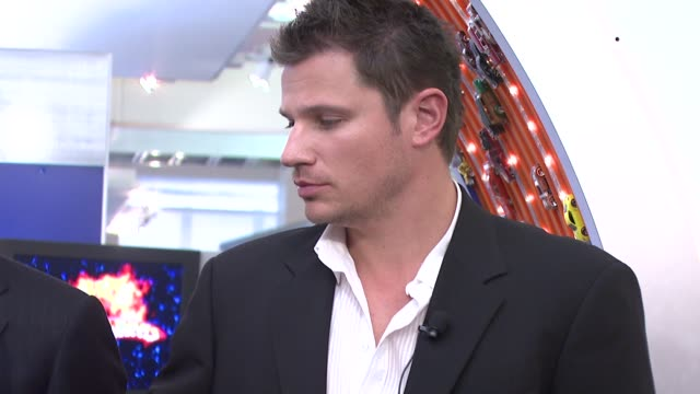 nick lachey at the hot wheels 40th anniversary kick off and diamond-encrusted car unveiling at new york toy fair at mattel showroom in new york, new... - ニック ラシェイ点の映像素材/bロール