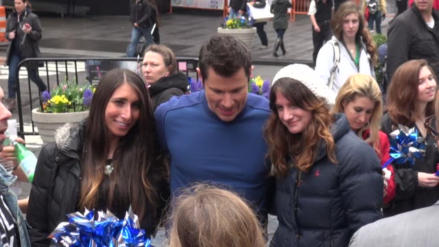 stockvideo's en b-roll-footage met nick lachey, host of vh1's big morning buzz live poses with fans in times square in celebrity sightings in new york, - nick lachey