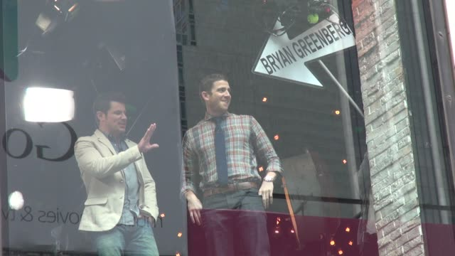 stockvideo's en b-roll-footage met nick lachey in the window with his guest bryan greenberg in celebrity sightings in new york, - nick lachey