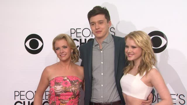 nick robinson, melissa joan hart & taylor spreitler at the 40th annual people's choice awards - arrivals at nokia theatre l.a. live on in los... - melissa joan hart video stock e b–roll