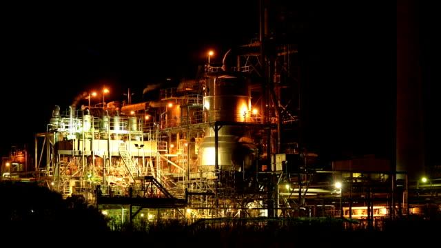 夜のニッケルの精錬工場 - 5セントコイン点の映像素材/bロール