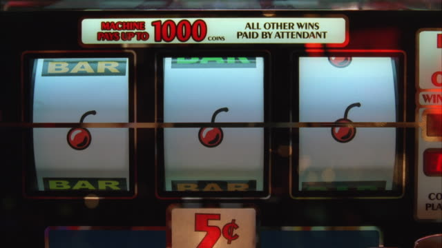 vídeos de stock e filmes b-roll de ms nickel slot machine tumblers, as they spin and stop on 3 cherries - sorte