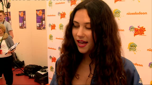 nickelodeon fruit shoot skills awards interviews; doolittle posing for photocall / maynard posing for photocall eliza doolittle interview sot maynard... - nickelodeon stock videos & royalty-free footage