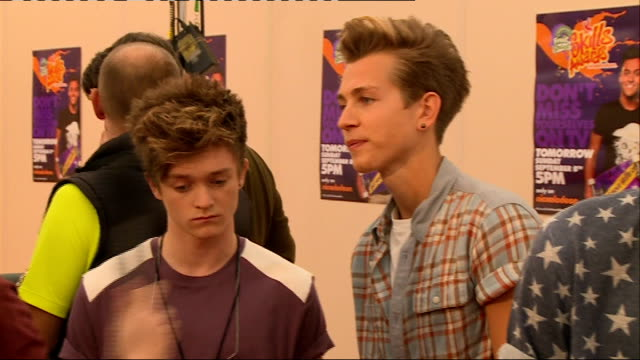 nickelodeon fruit shoot skills awards interviews the vamps chatting to press the vamps interview sot - nickelodeon bildbanksvideor och videomaterial från bakom kulisserna