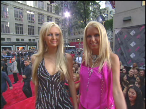 nicky hilton and paris hilton walking the 2003 mtv mtv video music awards red carpet - 2003 bildbanksvideor och videomaterial från bakom kulisserna