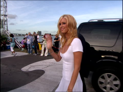 nicky hilton arriving to the 2005 mtv video music awards red carpet - mtv1 stock-videos und b-roll-filmmaterial