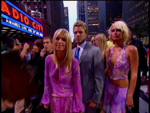 vídeos de stock e filmes b-roll de nicky hilton, paris hilton and nicky's boyfriend brian mcfayden are arriving at the red carpet of the 2002 mtv mtv video music awards. - 2002