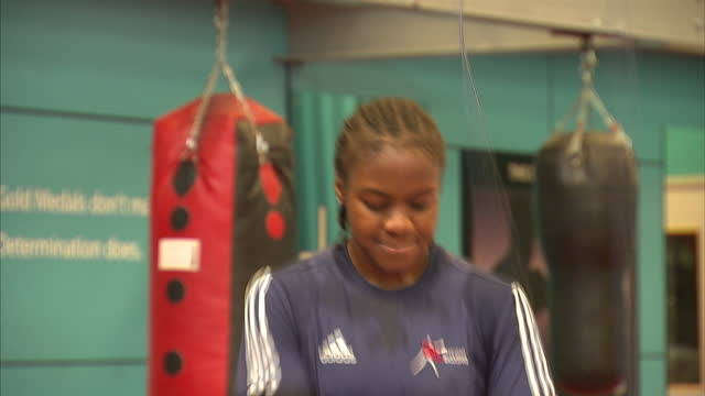 nicola adams boxer training with skipping ropes team gb nicola adams on june 12 2012 in sheffield - シェフィールド点の映像素材/bロール