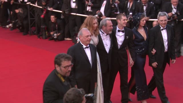 vídeos y material grabado en eventos de stock de nicola percorini, model lily cole, director terry gilliam, actor andrew garfield, actor verne troyer at the cannes film festival 2009: the... - terry gilliam