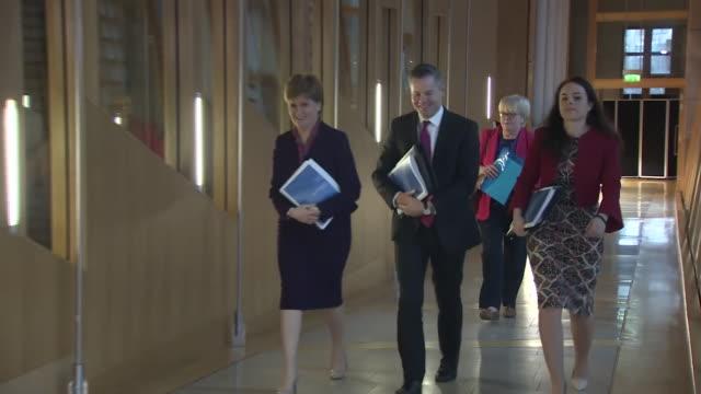 vidéos et rushes de nicola sturgeon entering the scottish parliament building with derek mackay - bâtiment du parlement