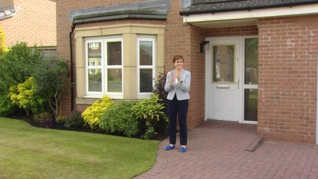nicola sturgeon joins 'clap for carers' event to mark 72nd anniversary of the nhs scotland ext nicola sturgeon msp stands on doorstep of house and... - politics stock-videos und b-roll-filmmaterial