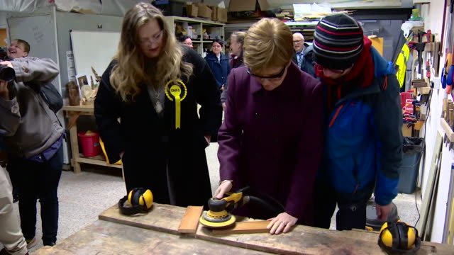 nicola sturgeon snp sanding wood in workshop on election campaign trail in edinburgh - parlamentsmitglied stock-videos und b-roll-filmmaterial