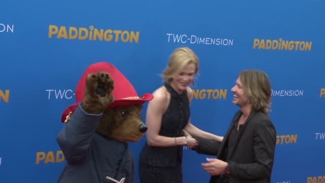 vídeos y material grabado en eventos de stock de nicole kidman and keith urban pose with paddington bear at 'paddington' los angeles premiere at arclight cinemas cinerama dome on january 10 2015 in... - cinerama dome hollywood